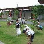 涌二小の子ども達による除草活動