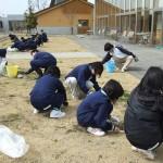 ゆうらいふで奉仕作業(涌谷中学校総合文化部)